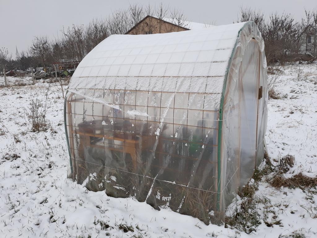 Házilag épített fóliasátor télen